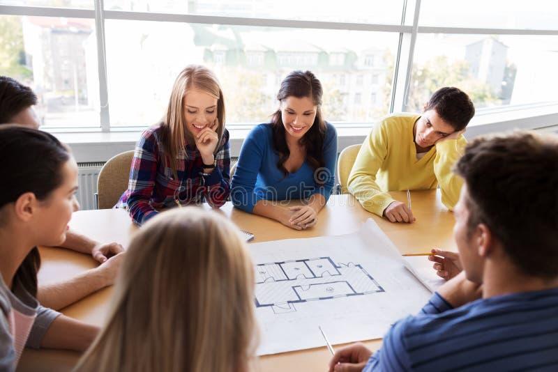 Grupa uśmiechnięci ucznie z projektem obraz royalty free