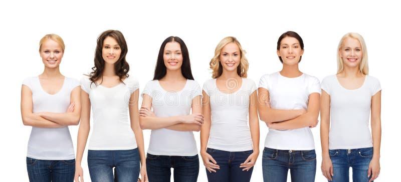 Grupa uśmiechnięte kobiety w pustych białych koszulkach obrazy royalty free
