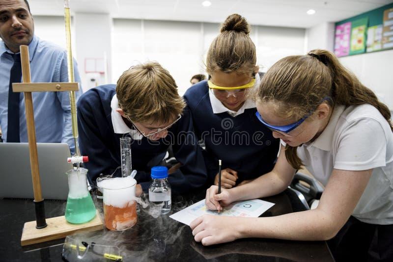 Grupa ucznia laborancki lab w nauki sala lekcyjnej fotografia royalty free