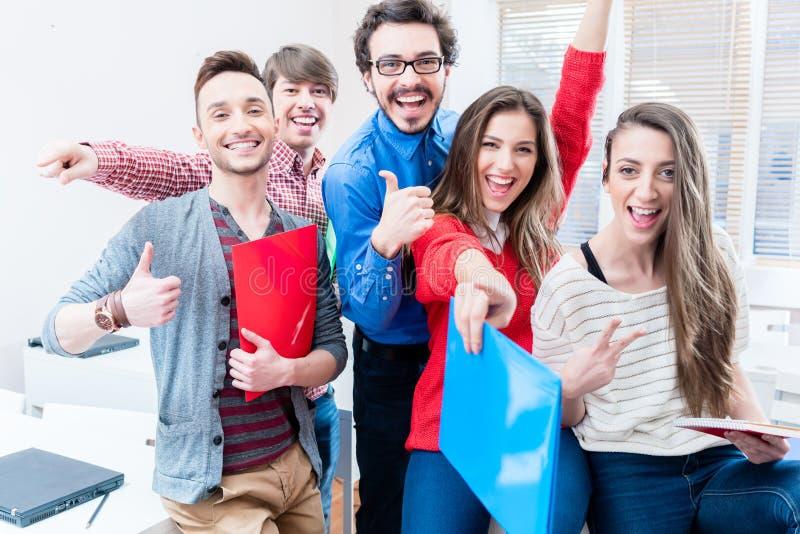Grupa ucznie świętuje sukces w egzaminach fotografia royalty free