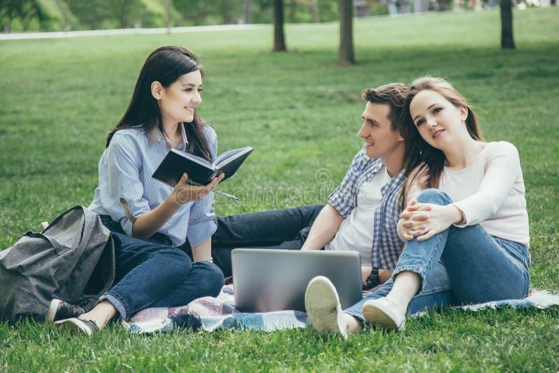 Grupa ucznie przy parkiem fotografia stock