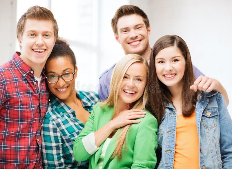 Grupa ucznie przy szkołą obrazy royalty free