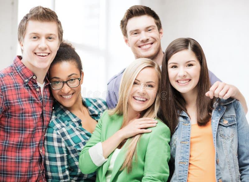 Grupa ucznie przy szkołą fotografia stock