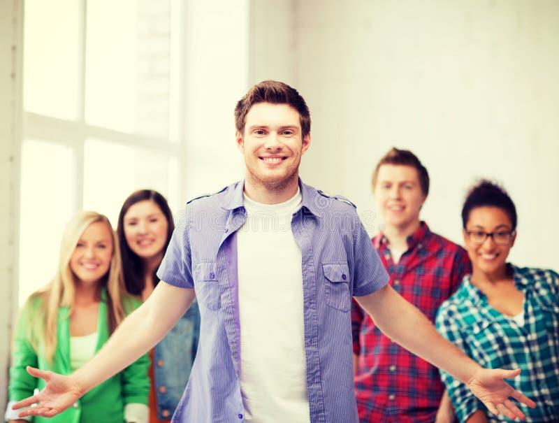 Grupa ucznie przy szkołą zdjęcia royalty free