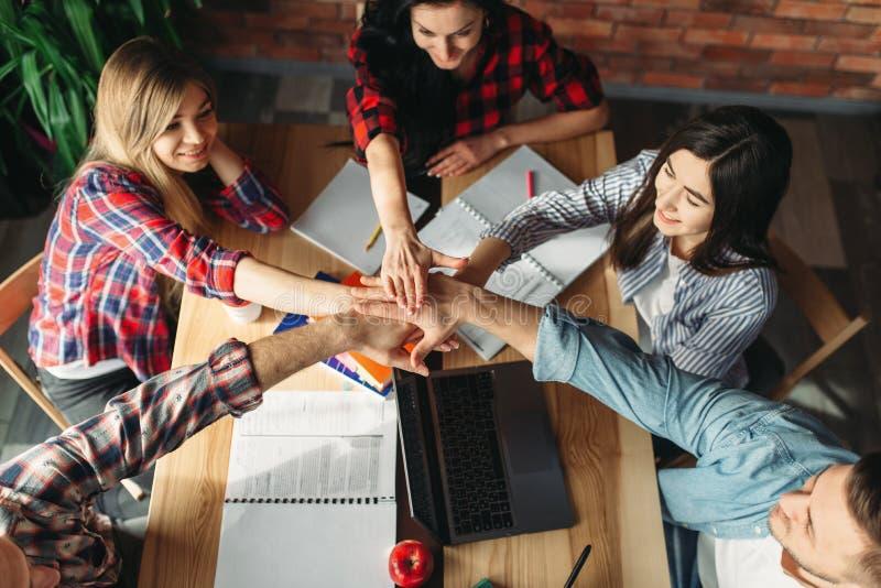 Grupa ucznie spinający oddaje stół zdjęcie royalty free