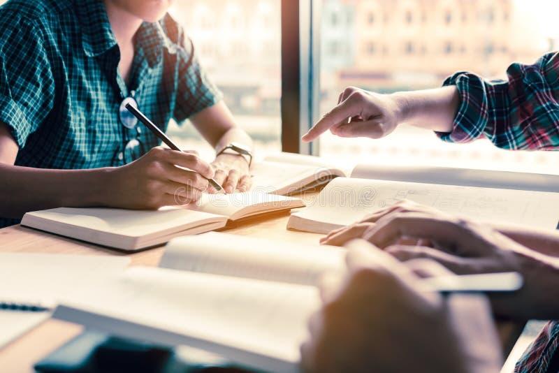 Grupa ucznie studiuje i brainstorming na biurku w społeczeństwie zdjęcie royalty free