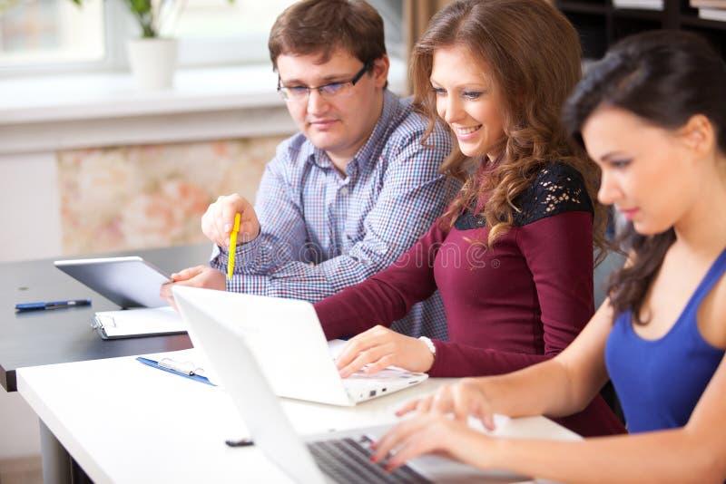 Grupa ucznie w komputerowym lab zdjęcia royalty free