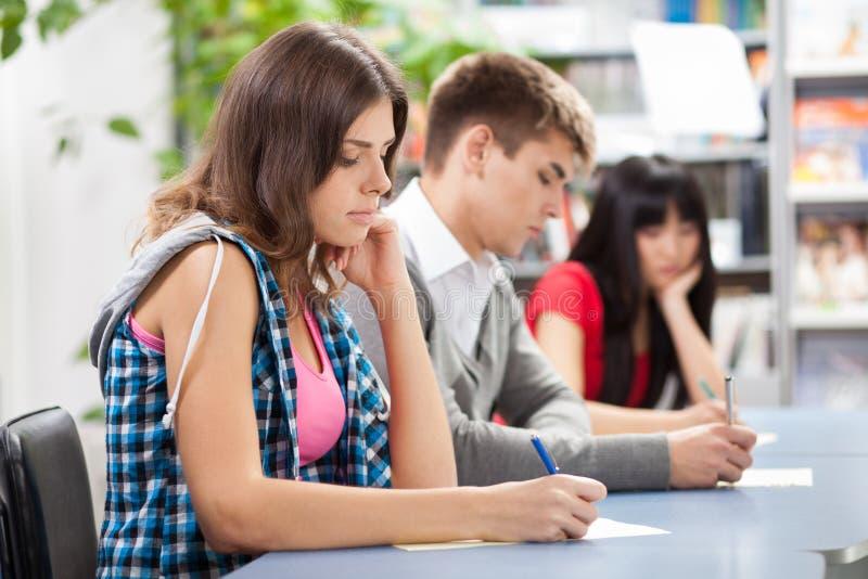Grupa ucznie w sala lekcyjnej obrazy royalty free