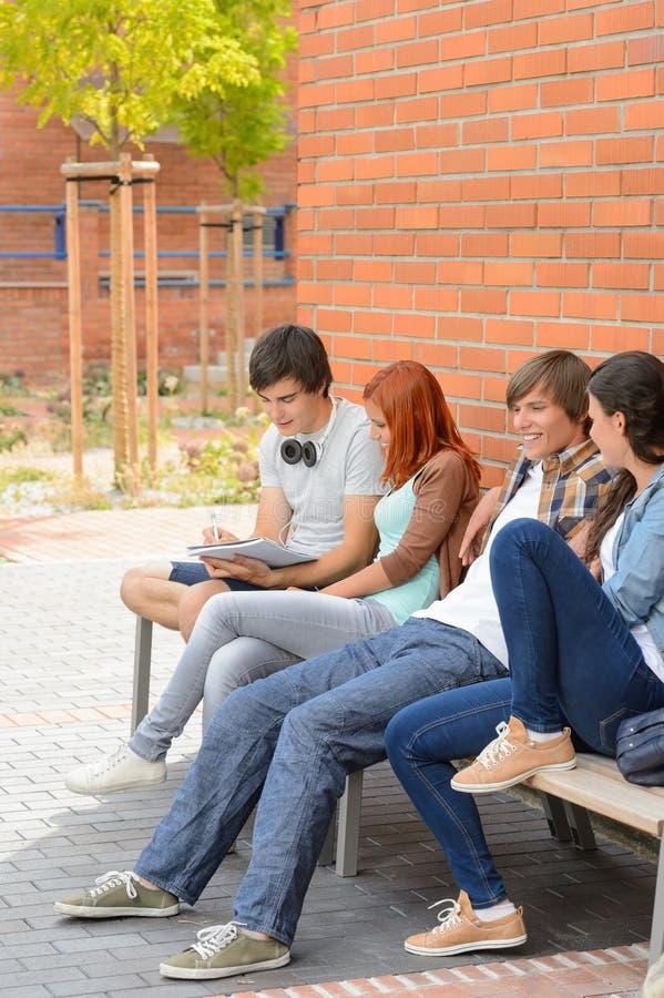 Grupa ucznie wiszący szkołą wyższa out fotografia royalty free