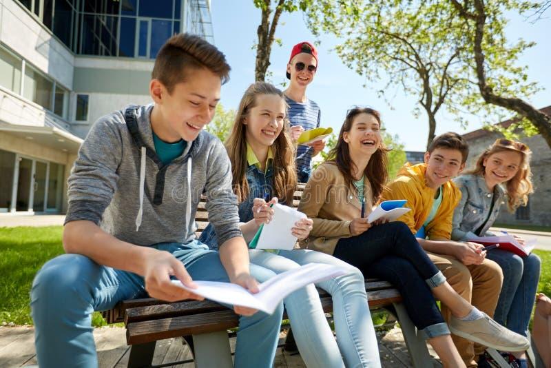 Grupa ucznie z notatnikami przy szkolnym jardem fotografia royalty free
