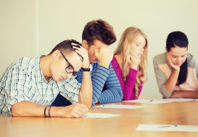 Grupa ucznie z papierami zdjęcia stock