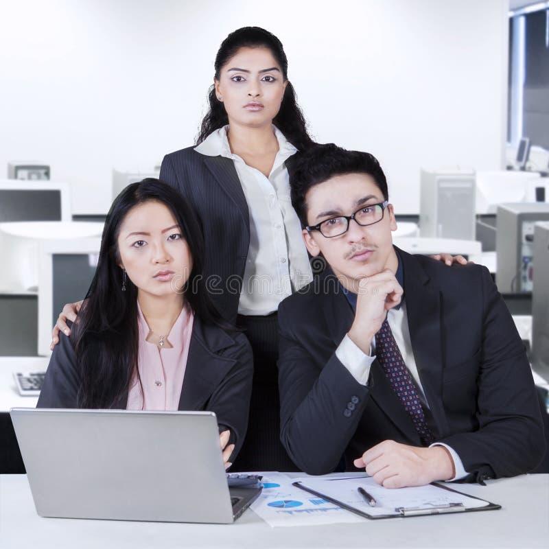 Grupa ufna wielokulturowa biznes drużyna zdjęcie royalty free