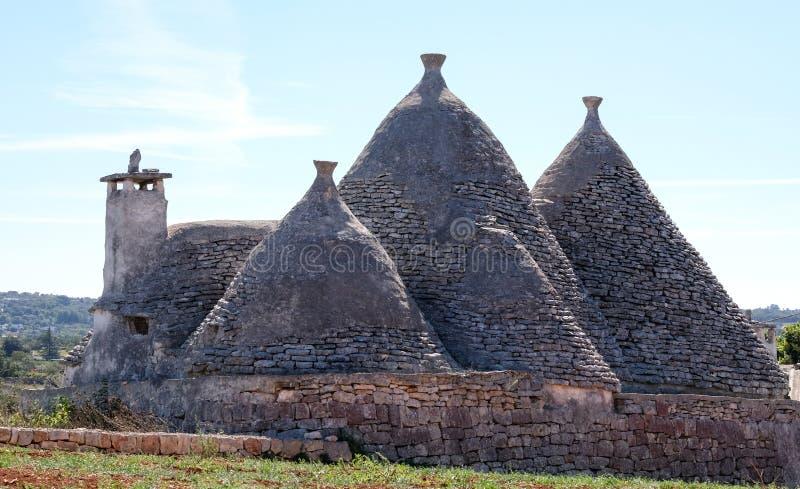 Grupa unikalni suchego kamienia trulli domy w wsi na zewnątrz miasteczka Alberobello w Puglia, południowy Włochy zdjęcia stock