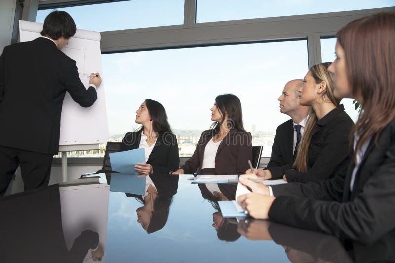 Grupa urzędnicy w sala posiedzeń presentatio zdjęcie royalty free
