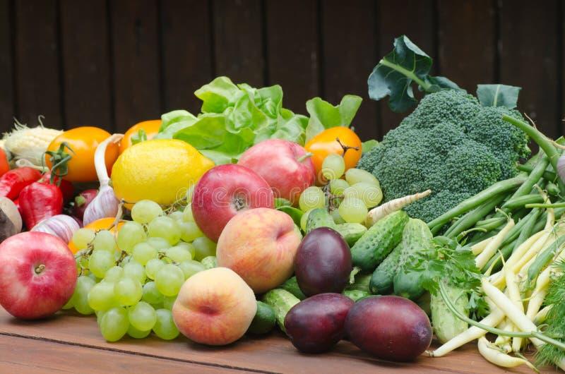 Grupa warzywa i owoc na stole zdjęcie stock