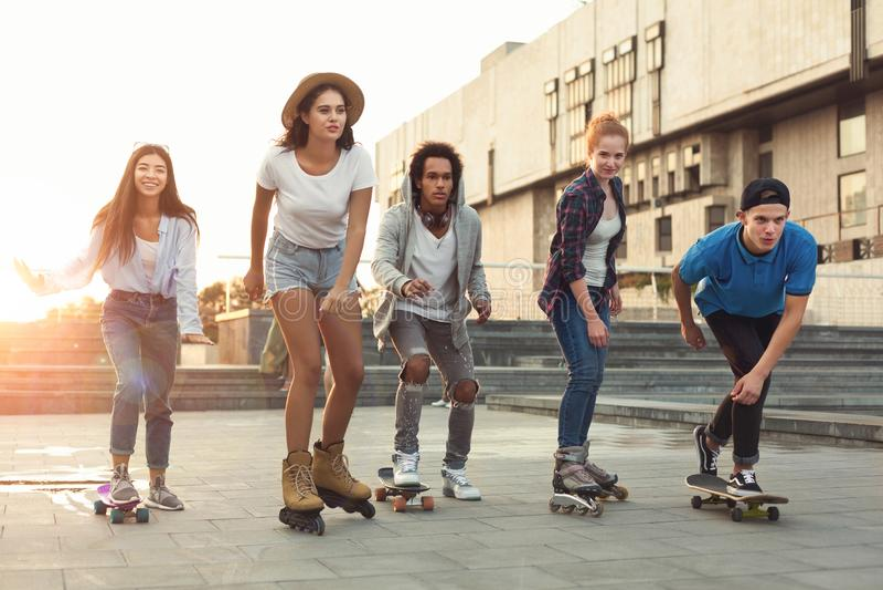 Grupa wiek dojrzewania robi aktywność w obszarze miejskim obraz royalty free