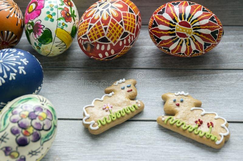 Grupa Wielkanocni jajka i dwa piernikowego baranka domowej roboty i handmade obrazy stock