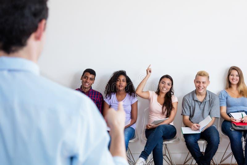 Grupa wielo- etniczni ucznie słucha nauczyciel obraz royalty free