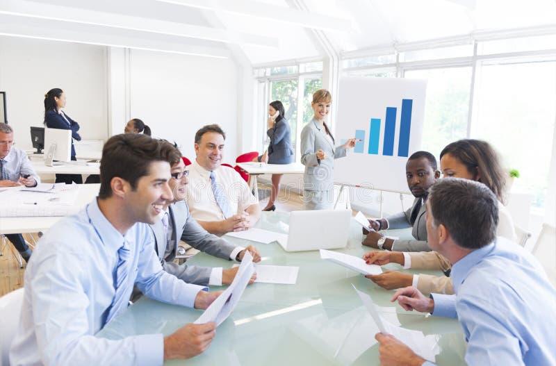 Grupa Wieloetniczni Korporacyjni ludzie ma Biznesowego spotkania obrazy royalty free
