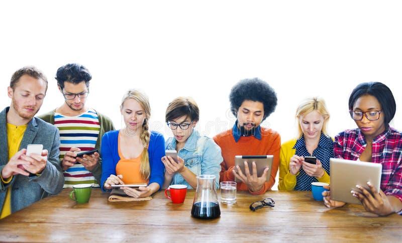 Grupa Wieloetniczni ludzie socjalny networking obraz royalty free
