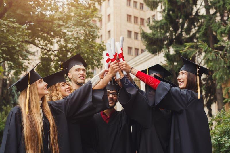 Grupa wieloetniczny absolwentów świętować zdjęcia royalty free