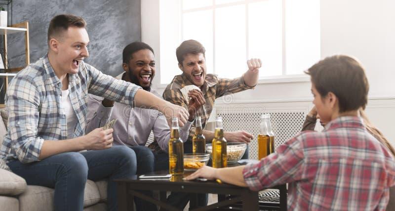 Grupa wielonarodowe przyjaciel karty do gry wpólnie obrazy stock