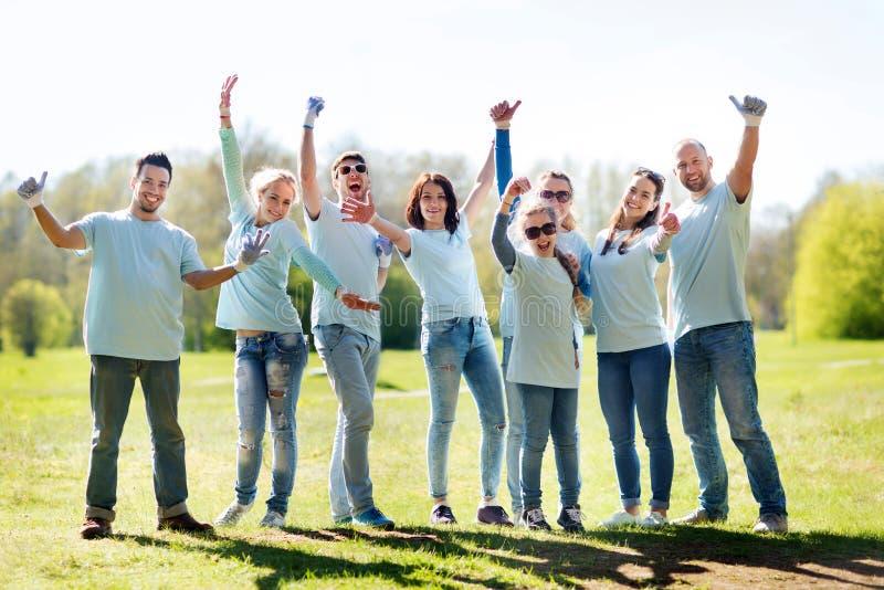 Grupa wolontariuszi pokazuje aprobaty w parku zdjęcia royalty free
