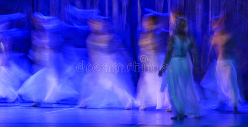 Grupa współcześni tancerze wykonuje na scenie obraz stock