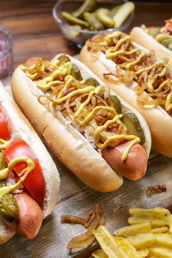 Grupa Wyśmienicie Różny smakosz Piec na grillu hot dog obrazy stock