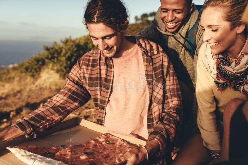 Grupa wycieczkowicz ma pizzę zdjęcia stock