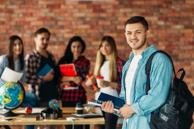 Grupa wysokiej szkoły ucznie z podręcznikami, drużyna fotografia royalty free