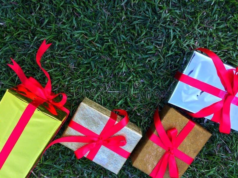 Grupa zawijający prezentów pudełka dla someone specjalnego w powitanie momentach obraz stock