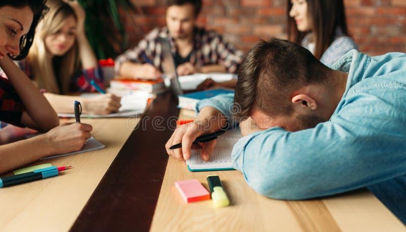 Grupa zmęczeni ucznie przygotowywa dla egzaminów fotografia stock