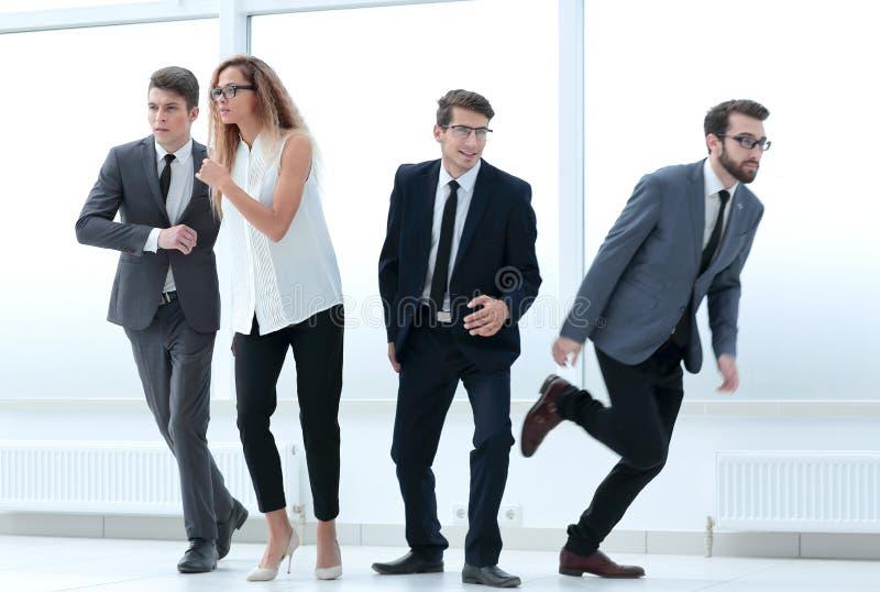 Grupa zmieszani młodzi biznesmeni chodzi w różnym directi obraz royalty free