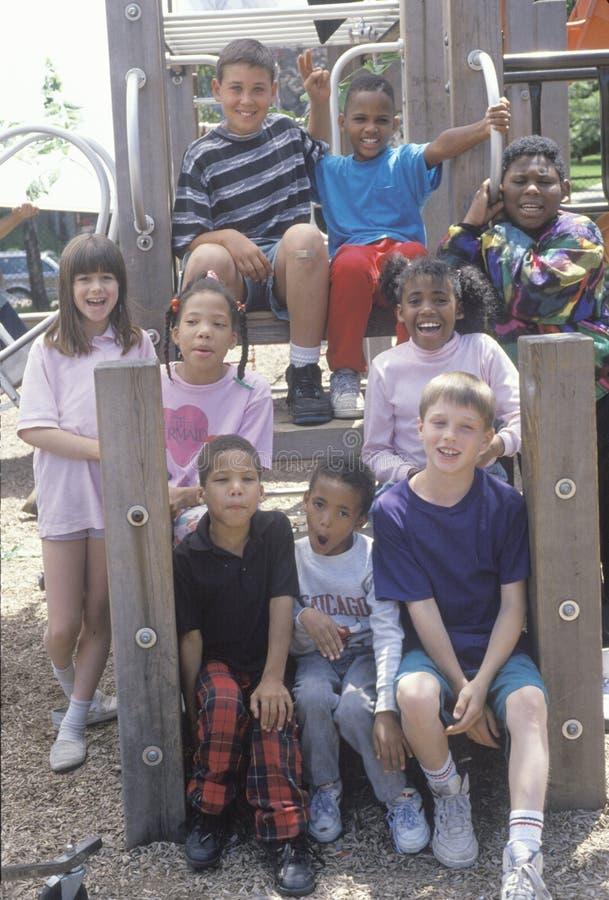 Grupo étnico diverso de niños en un parque de la ciudad, Chicago, IL imagenes de archivo