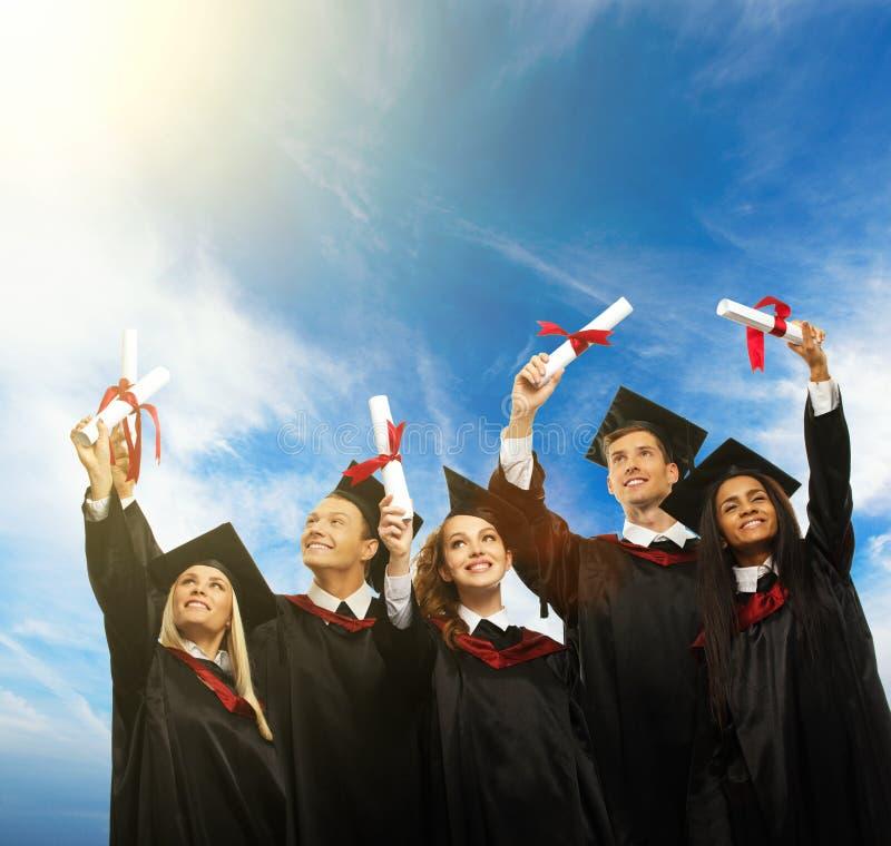 Grupo étnico multi de estudiantes graduados fotografía de archivo