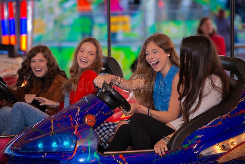 Grupo abundante do passeio do carnaval de adolescentes imagens de stock royalty free