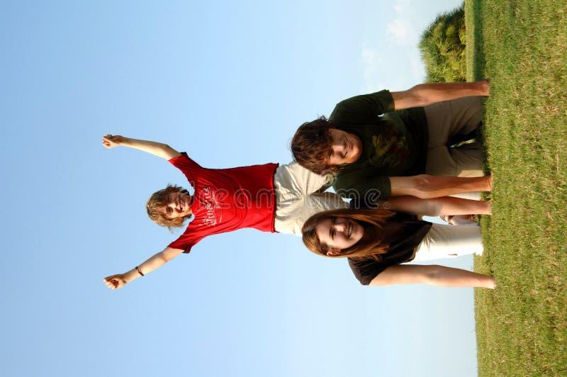 Grupo activo feliz al aire libre foto de archivo libre de regalías