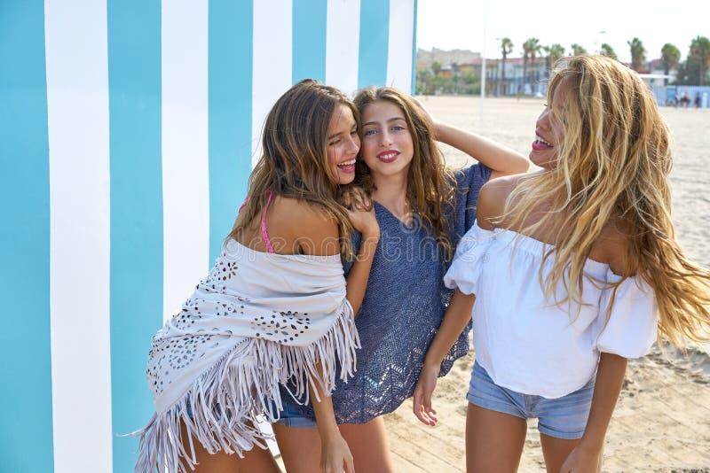 Grupo adolescente das meninas dos melhores amigos feliz no verão foto de stock