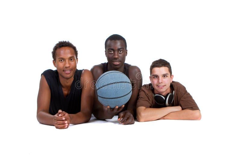 Grupo adolescente interracial deportivo joven fotos de archivo