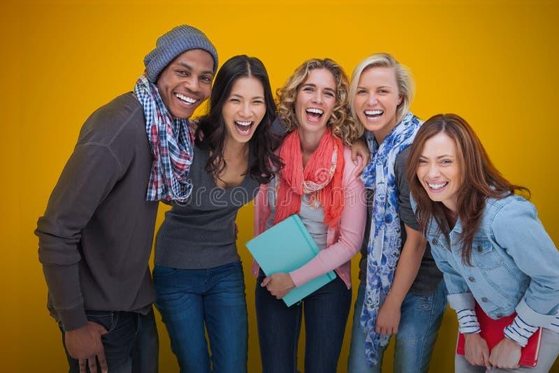 Grupo alegre de amigos que ríen junto imagen de archivo