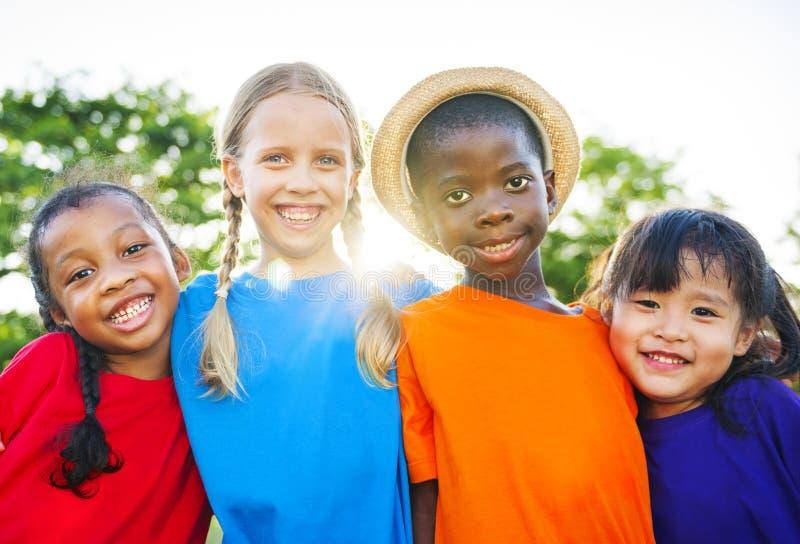 Grupo alegre de niños con amistad foto de archivo libre de regalías