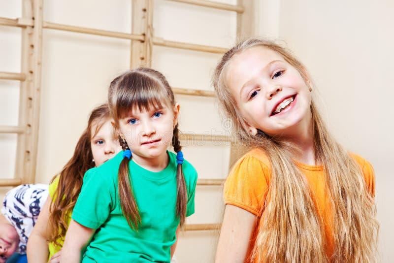 Grupo alegre dos miúdos imagem de stock royalty free