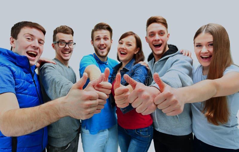 Grupo alegre feliz de amigos que cheering isolado no fundo branco imagem de stock royalty free
