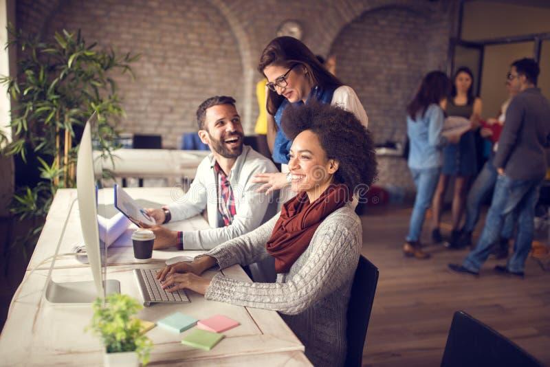 Grupo alegre que trabalha no escritório fotos de stock