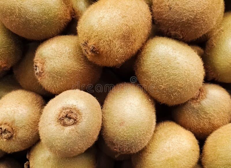 Grupo apilado del kiwi o de la grosella espinosa china, baya comestible del género del Actinidia imagen de archivo