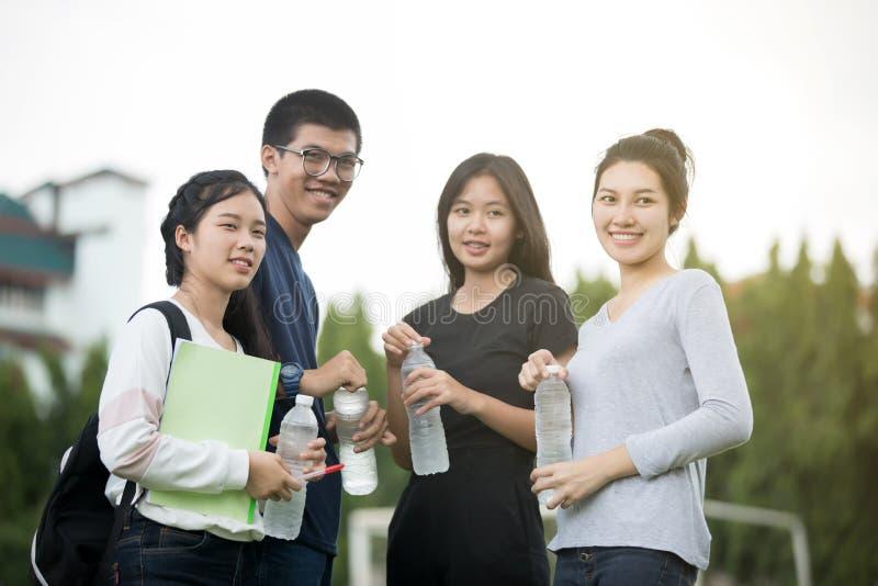 Grupo asiático de estudantes que compartilham com as ideias para trabalhar e imagens de stock