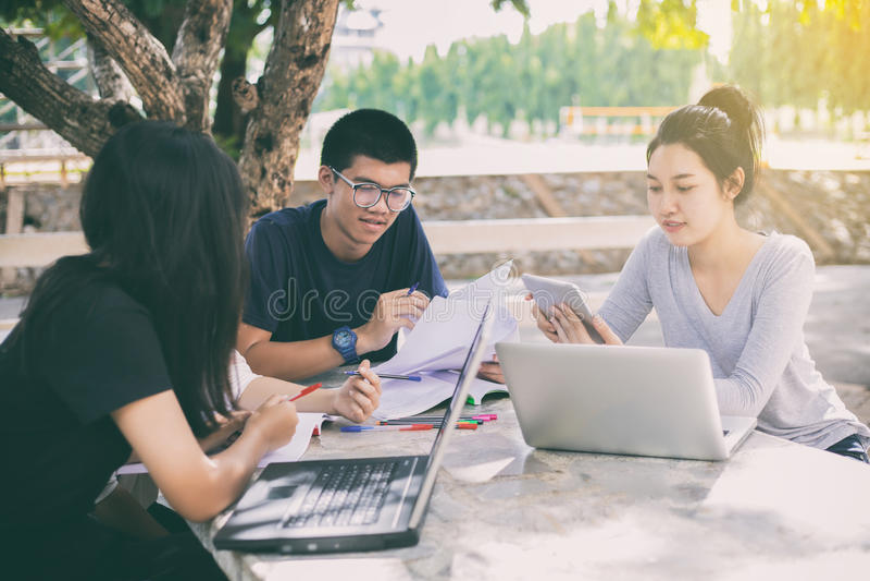 Grupo asiático de estudantes que compartilham com as ideias para trabalhar no th fotos de stock royalty free