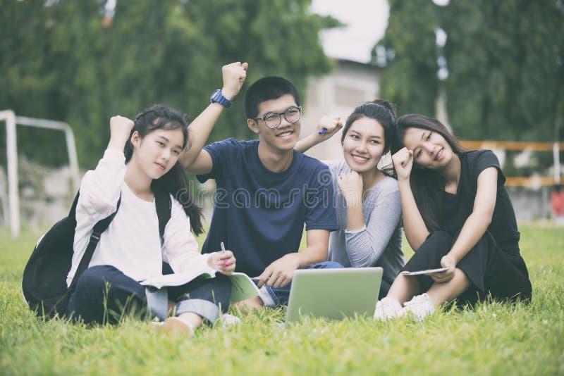 Grupo asiático de sucesso dos estudantes e de conceito de vencimento - chá feliz imagens de stock royalty free