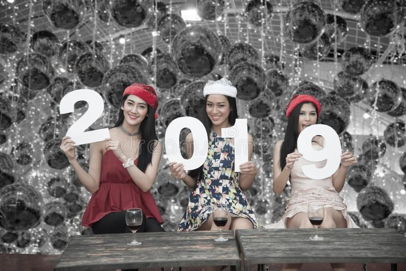 Grupo asiático novo das mulheres de amigo do adolescente junto com festa natalícia de Santa Christmas imagens de stock